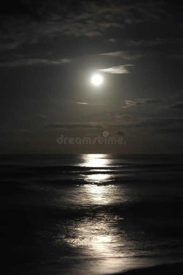 在安静的海的美好的被月光照亮夜 免版税图库摄影