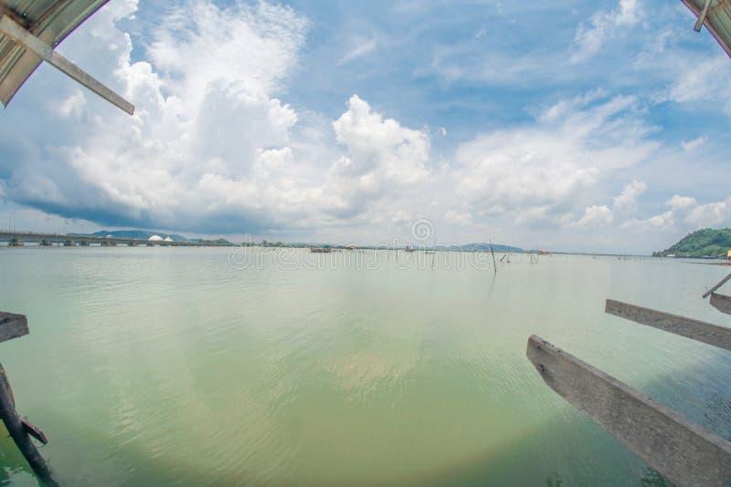 在宋卡湖的浮动跳船  免版税库存照片