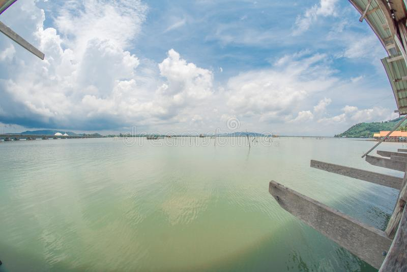 在宋卡湖的浮动跳船  免版税库存图片