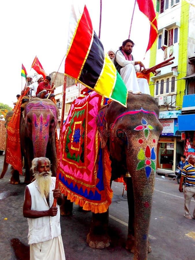 在宗教队伍的装饰的大象在Ujjain街道在simhasth玛哈kumbh mela 2016年,印度期间的 免版税库存照片