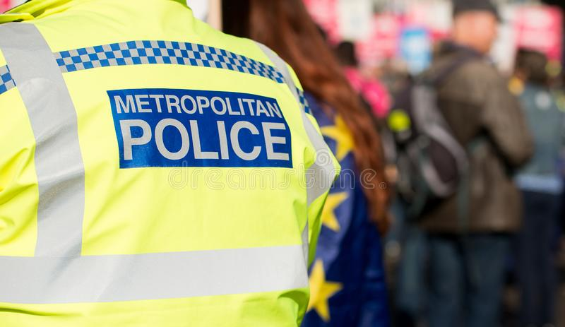 在官员佩带的高可见性的大大城市警察标志 免版税库存图片