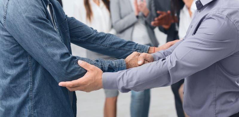 在定下交易以后的商务伙伴握手在办公室 免版税库存图片