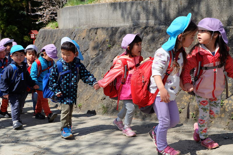 在实地考察的日本幼儿园孩子 库存图片