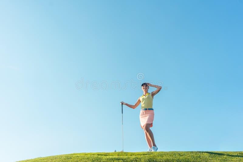 在实践期间的适合和快乐的妇女在p的绿草 库存图片