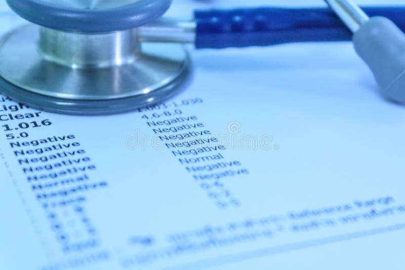在实验室报告的听诊器 免版税库存照片