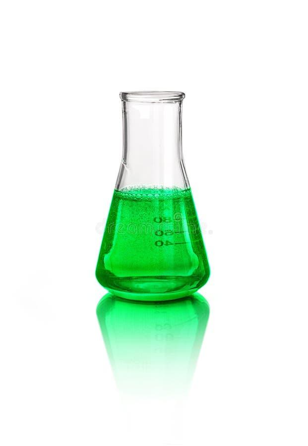在实验室玻璃器皿的绿色液体,隔绝在白色 免版税库存图片