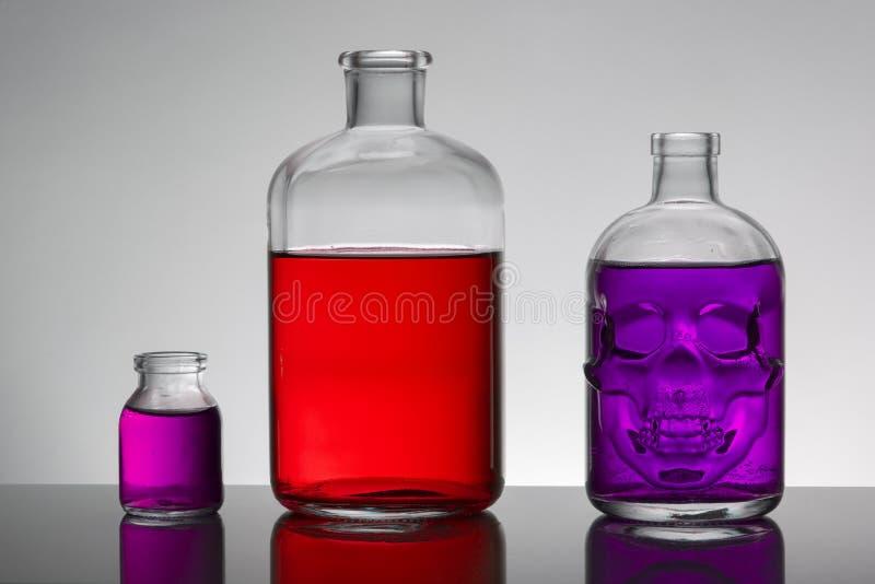 在实验室瓶的液体 科学生物化学的实验室 五颜六色的液体 库存照片