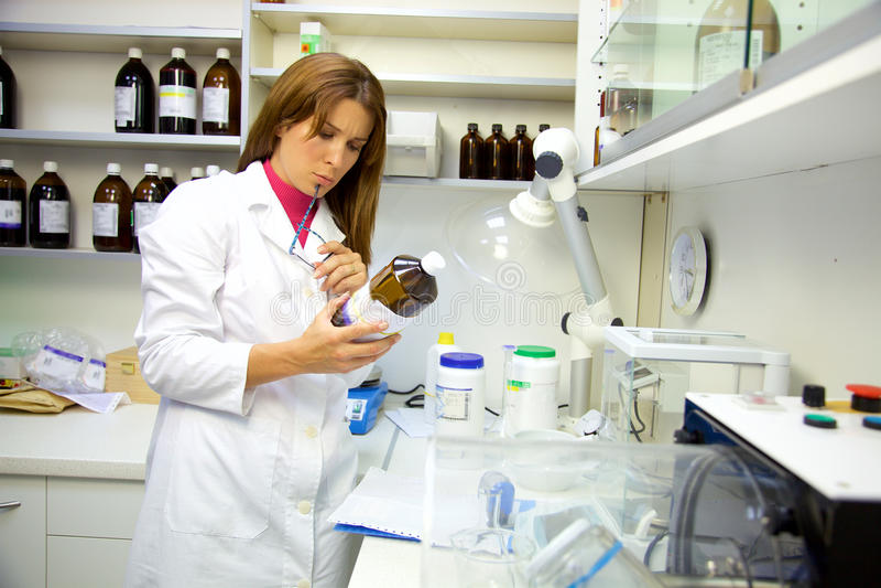 在实验室运作在医学检查结果的药剂师 库存图片