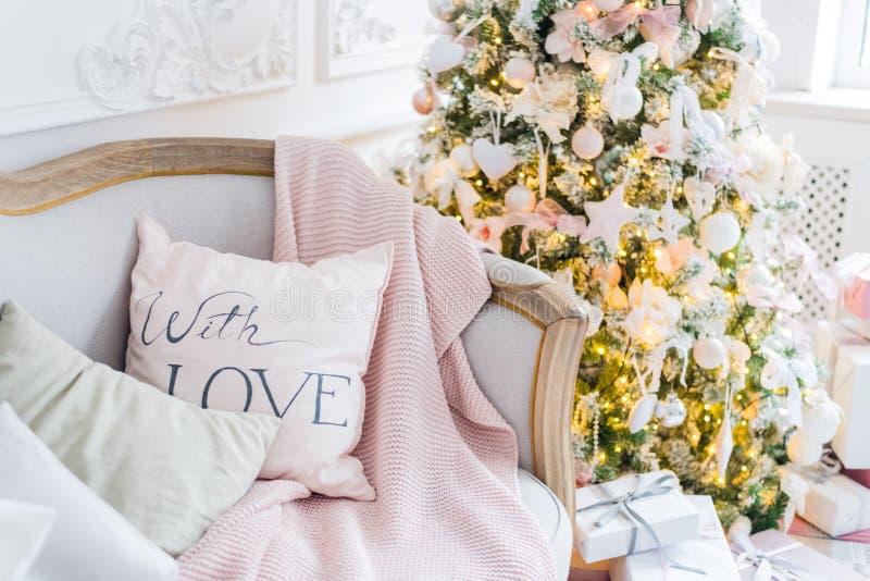 在客厅内部和假日家庭装饰概念的圣诞节或新年装饰 毯子的镇静图象在a的 免版税库存照片