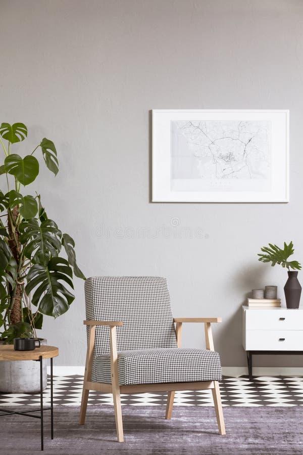 在客厅内部的典雅的葡萄酒扶手椅子与在墙壁上的绘画 库存例证