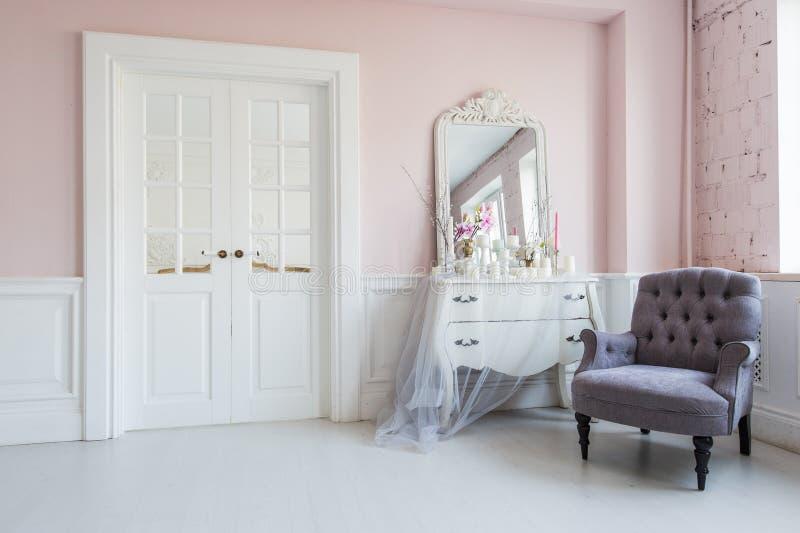 在客厅内部的古典扶手椅子和镜子桌 免版税库存图片