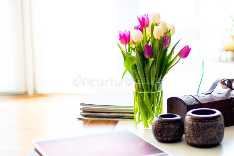 在客厅桌上的紫色和白色郁金香 免版税图库摄影