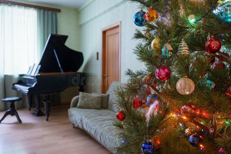 在客厅interi的美丽的欢乐装饰的圣诞树 免版税库存照片