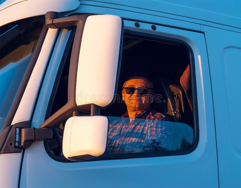 在客舱的司机他卡车 免版税库存照片