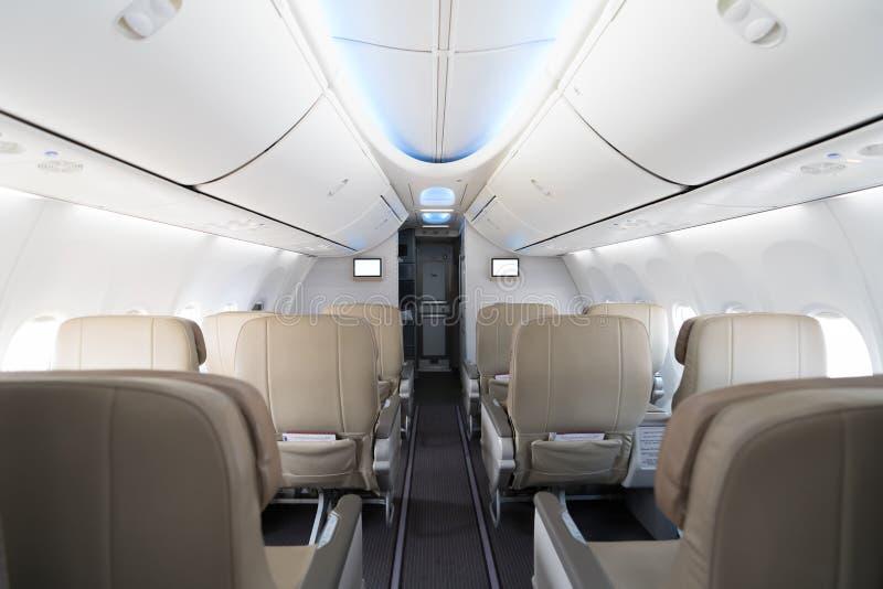 在客舱的空的乘客飞机位子 在现代airp的内部 免版税库存照片