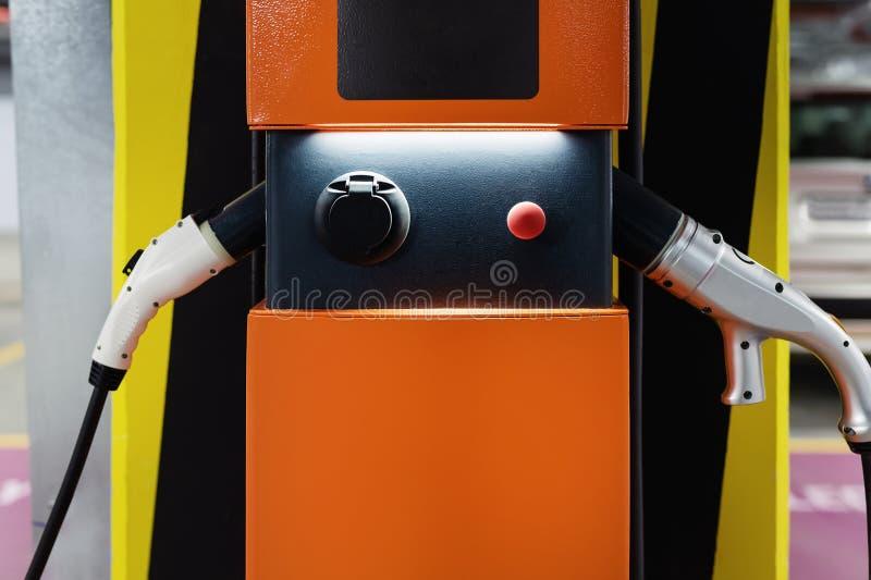 在室内地下停车处的电车快速的充电站 电源杂种电车充电的补给点网络 库存图片