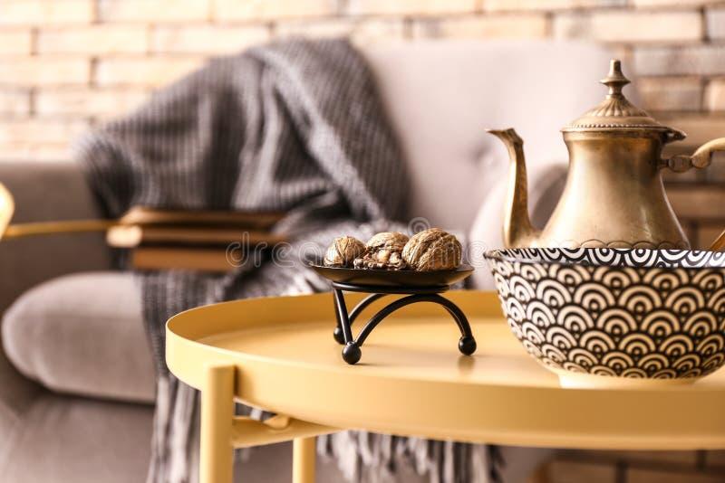 在室内部的时髦的金黄装饰  免版税库存图片