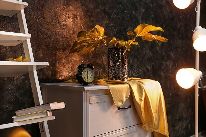 在室内部的时髦的金黄装饰  库存图片