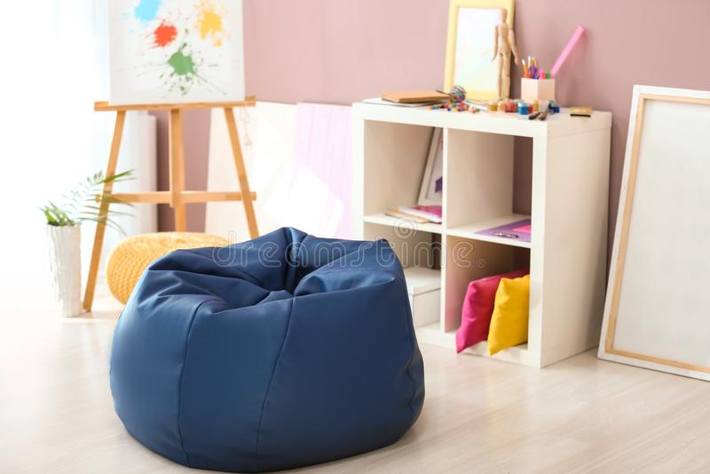 在室内部的装豆子小布袋椅子  库存照片