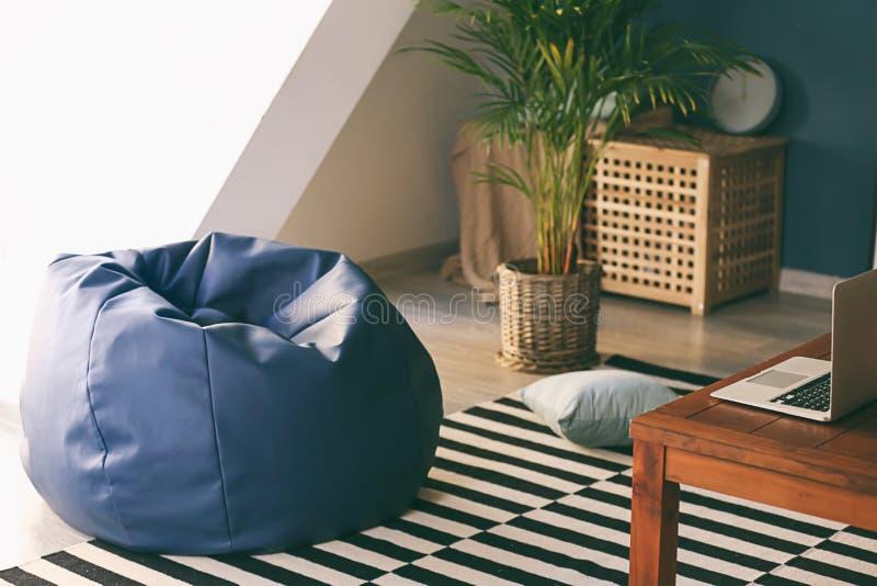 在室内部的装豆子小布袋椅子  免版税库存图片