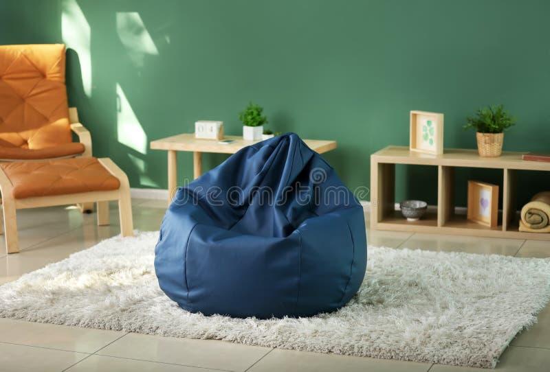 在室内部的装豆子小布袋椅子  免版税图库摄影