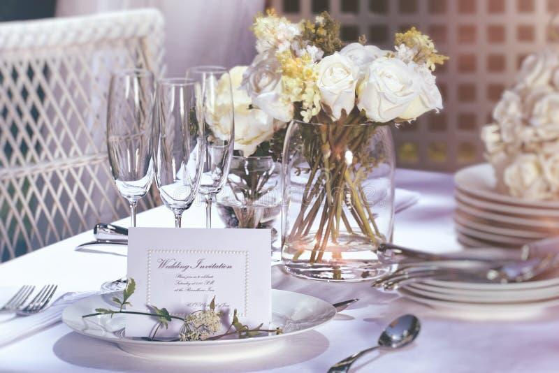 在室外婚礼桌上的邀请卡片 免版税库存照片