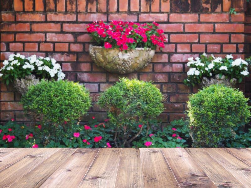 在室外庭院装饰模糊的背景的木台式  库存图片