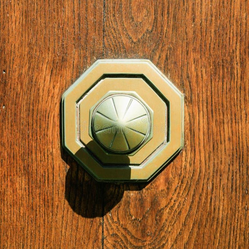 在室外木门的老黄铜门把手 免版税库存照片