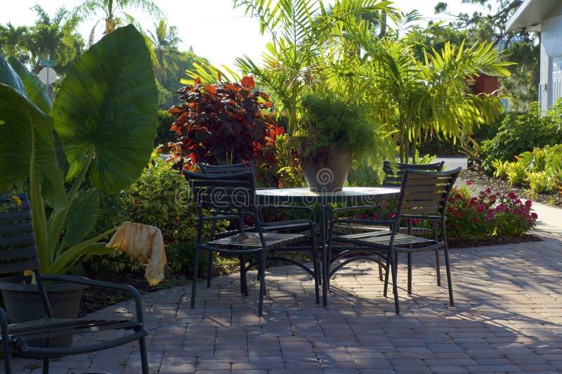在室外热带咖啡馆的空的桌在早晨 免版税库存图片
