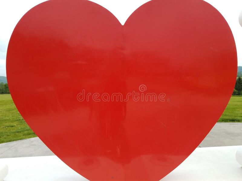 在室外白色的平台的大红心形状 库存照片