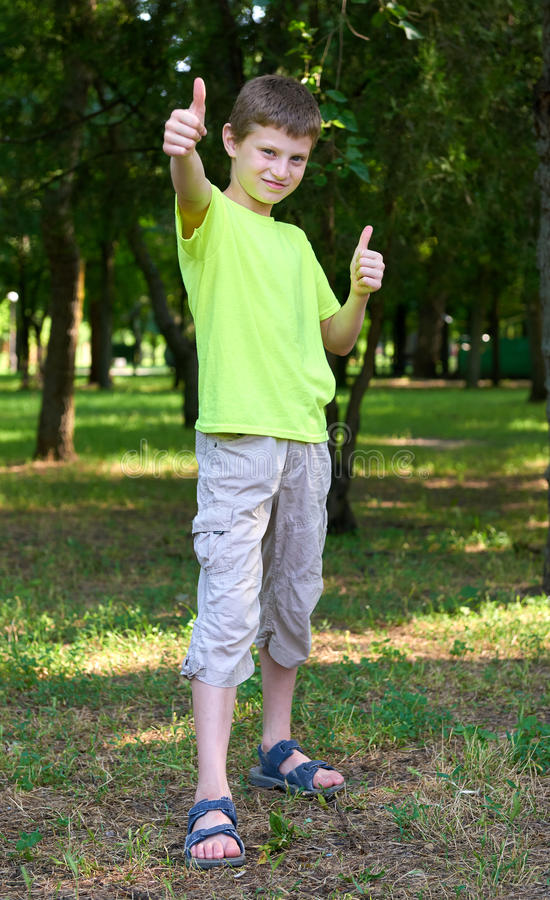 在室外的十几岁的男孩画象展示最佳的姿态,夏季 图库摄影