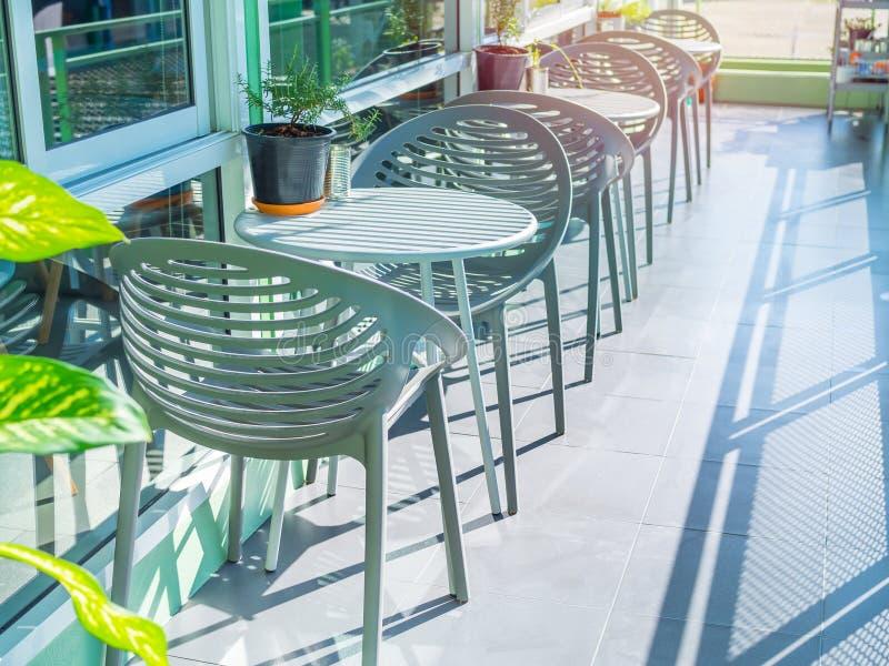 在室外的咖啡馆的现代椅子 库存照片
