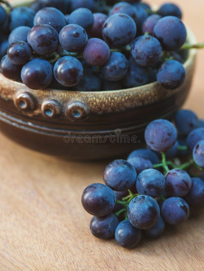 在室外的板材的葡萄 关闭 免版税图库摄影