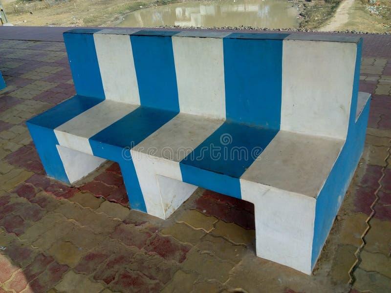 在室外的水泥长凳 免版税库存照片