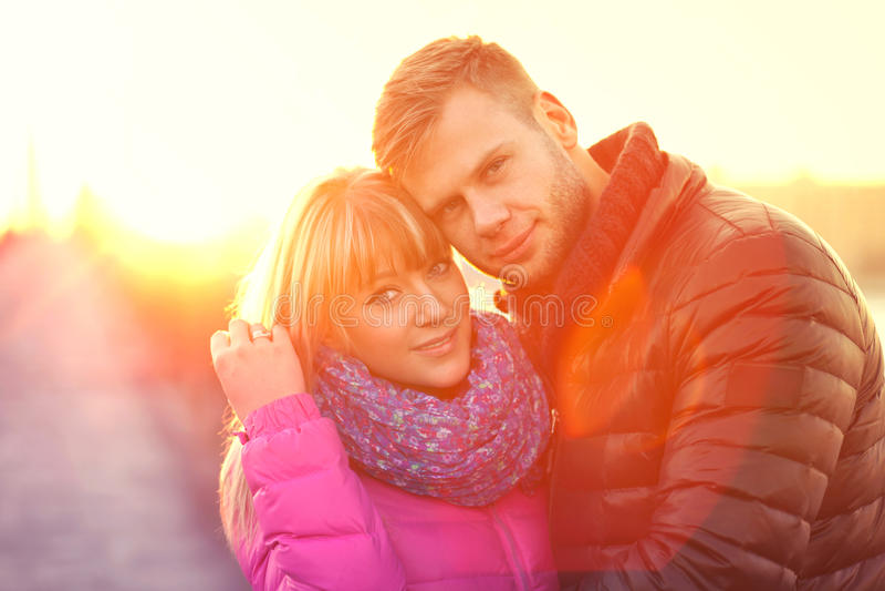 在室外的爱的年轻夫妇 图库摄影