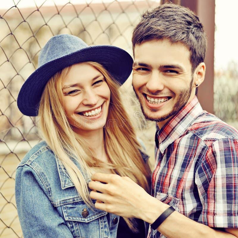 在室外的爱的年轻笑的夫妇 免版税库存图片