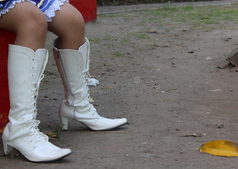 在室外的白色高跟鞋 图库摄影