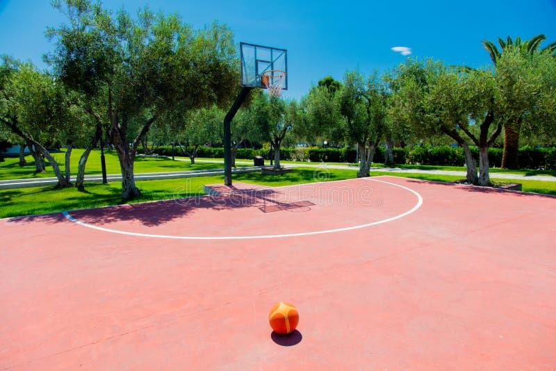 在室外的篮球场在热带区域 免版税库存图片