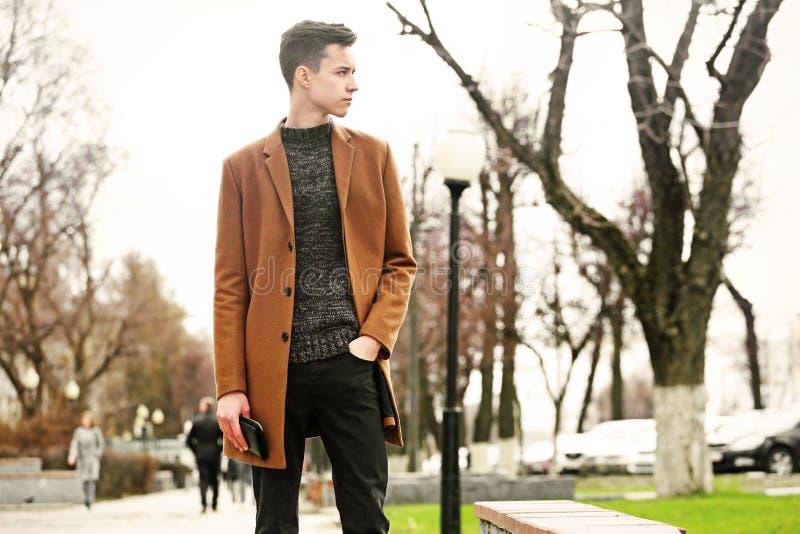 在室外的街道上的时尚年轻人 免版税库存照片