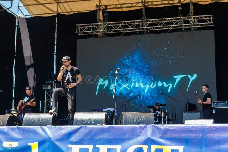 在室外自由ethno石节日科扎克费斯特期间,摇滚乐队在阶段执行 免版税图库摄影