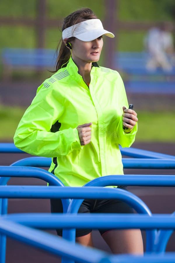 在室外训练期间的专业母赛跑者 免版税库存照片