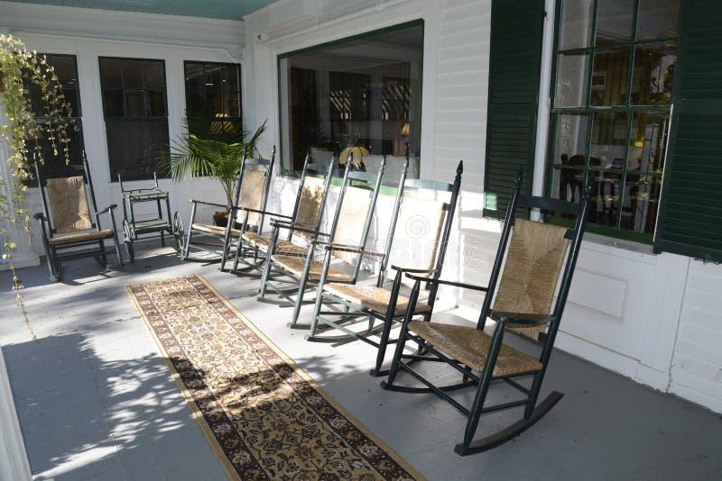 在室外门廊的摇椅 免版税库存照片