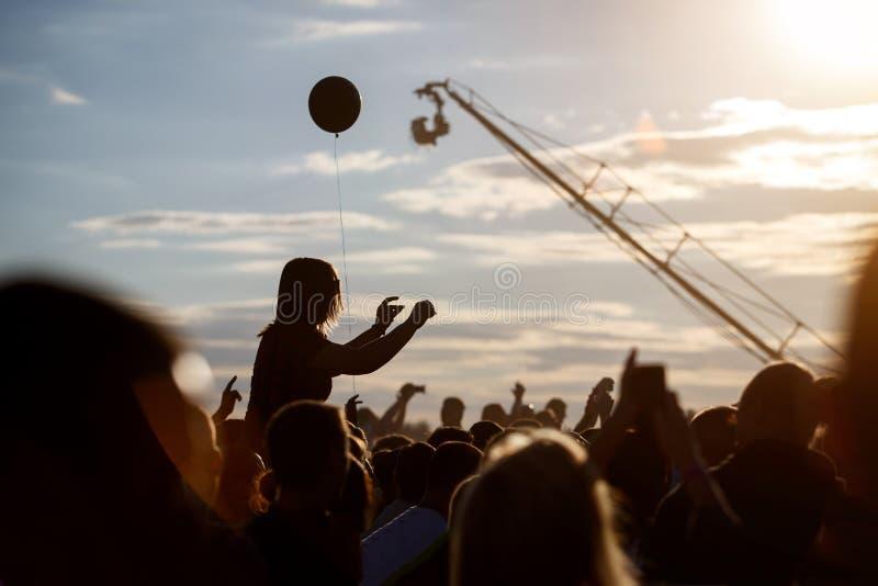 在室外音乐节的观众 免版税图库摄影