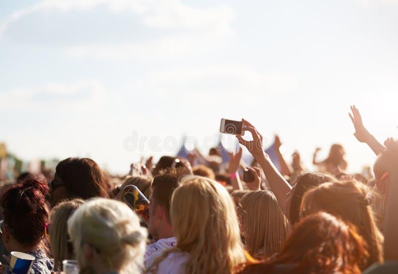 在室外音乐节的观众 免版税库存照片
