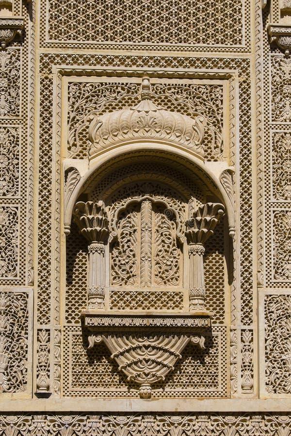 在宫殿墙壁上的装饰品Jaisalmer堡垒的,印度 免版税库存图片