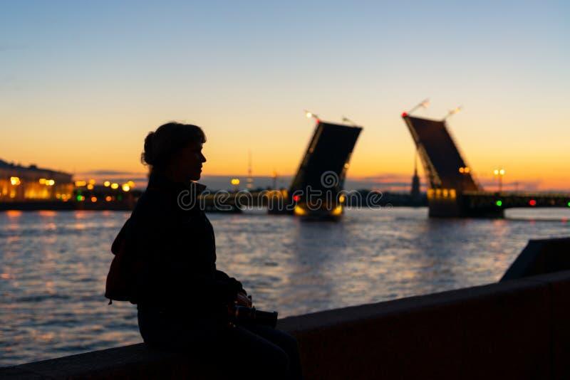 在宫殿桥梁附近的年轻女性游人,圣彼德堡 免版税图库摄影