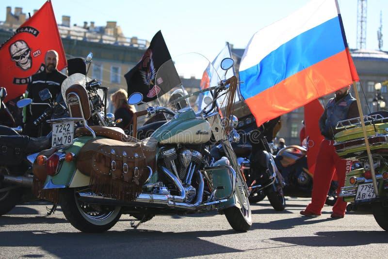在宫殿正方形的俄国旗子和摩托车印度人在一明亮的好日子 免版税库存照片