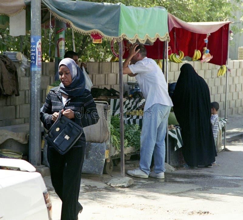 在宵禁期间,另外回教人民在与军事的冲突以后处理私事 免版税图库摄影