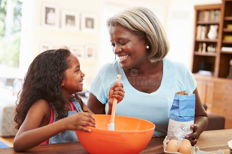 在家一起烘烤的祖母和的孙女 免版税库存照片