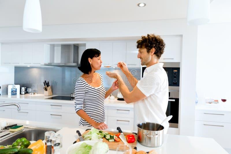 在家一起烹调夫妇 库存照片